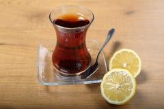 Ένα ποτήρι του παραδοσιακού τουρκικού τσαγιού με τα λεμόνια Στοκ Φωτογραφίες
