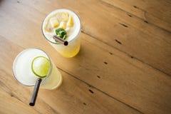 Ένα ποτήρι του δροσερού χυμού φρούτων που τρώει Στοκ φωτογραφίες με δικαίωμα ελεύθερης χρήσης