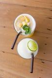 Ένα ποτήρι του δροσερού χυμού φρούτων που τρώει Στοκ Εικόνα