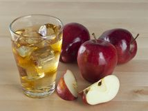 Ένα ποτήρι του φρέσκου κρύου χυμού της Apple με τον πάγο εκτός από τα μήλα σε ένα Wo Στοκ εικόνες με δικαίωμα ελεύθερης χρήσης