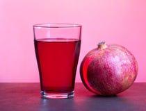 Ένα ποτήρι του χυμού ροδιών με τα φρούτα ροδιών στον ξύλινο πίνακα Υγιής έννοια ποτών Στοκ φωτογραφία με δικαίωμα ελεύθερης χρήσης