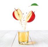 Ένα ποτήρι του χυμού της Apple στο άσπρο γραφείο Στοκ φωτογραφίες με δικαίωμα ελεύθερης χρήσης