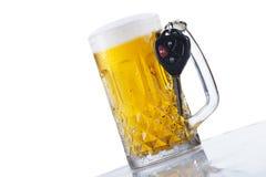 Ένα ποτήρι των κλειδιών μπύρας και αυτοκινήτων στοκ εικόνες