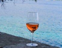 Ένα ποτήρι Rosé του κρασιού, δέντρο πεύκων που απεικονίζει στο γυαλί Στοκ Εικόνες