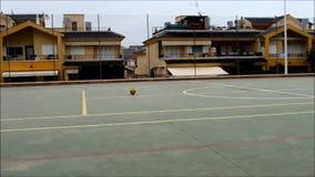 Ένα ποδόσφαιρο που κυλά αργά σε έναν στόχο Στοκ Φωτογραφίες