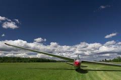 Ένα προσγειωμένο ανεμοπλάνο στο έδαφος τομέων αέρα χλόης Στοκ Εικόνα