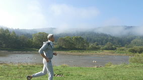 Ένα πρωί που οργανώνεται στον ποταμό βουνών φιλμ μικρού μήκους