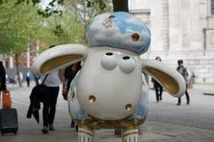 Ένα πρόβατο στο πεζοδρόμιο Στοκ Φωτογραφία