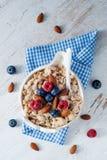 Ένα πρόγευμα δημητριακών με τα μούρα και τα καρύδια Στοκ Φωτογραφίες