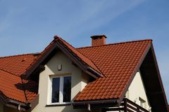 Ένα πρόσφατα χτισμένο κατοικημένο σπίτι, μια στέγη φιαγμένη από κεραμικά κεραμίδια στοκ φωτογραφία