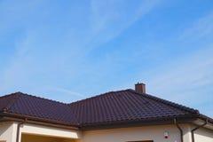 Ένα πρόσφατα χτισμένο κατοικημένο σπίτι Ένα τεμάχιο της στέγης φιαγμένης από κεραμικά κεραμίδια στοκ φωτογραφία