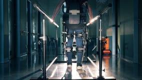 Ένα πρόσωπο με την ειδική συσκευή περπατά σε έναν διάδρομο κλινικών 4K απόθεμα βίντεο