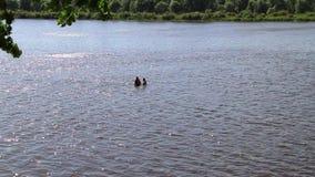 Ένα πρόσωπο οδηγεί έναν υγιή τρόπο ζωής και κολυμπά στον ποταμό φιλμ μικρού μήκους