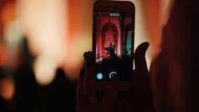 Ένα πρόσωπο που καταγράφει την απόδοση τραγουδιστών τζαζ στο τηλέφωνό τους απόθεμα βίντεο