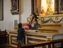 Ένα πρόσωπο που προσεύχεται στη μητροπολιτική καθέδρα του ST Paul, πόλη Vigan, Φιλιππίνες, 24.2018 του Αυγούστου στοκ εικόνες