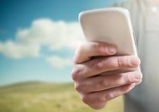 Ένα πρόσωπο που χρησιμοποιεί ένα κινητό τηλέφωνο Στοκ Εικόνες