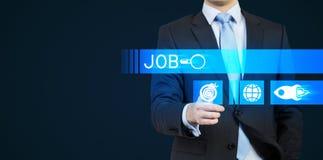 Ένα πρόσωπο σε ένα κοστούμι ωθεί το κουμπί ολογραμμάτων που συμβολίζεται την αναζήτηση Μια έννοια του κυνηγιού εργασίας Στοκ φωτογραφία με δικαίωμα ελεύθερης χρήσης