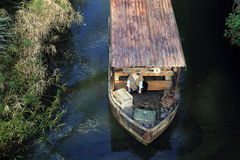 Ένα πρόσωπο σε μια μικρή βάρκα Στοκ Εικόνες