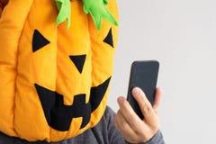 Ένα πρόσωπο στο κοστούμι κολοκύθας αποκριών που παίρνει ένα selfie στοκ εικόνα με δικαίωμα ελεύθερης χρήσης