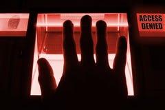 Ένα πρόσωπο χρησιμοποιεί έναν ανιχνευτή δακτυλικών αποτυπωμάτων , για να ξεκλειδώσει ένα computersystem Το σύστημα αρνείται την ε Στοκ φωτογραφία με δικαίωμα ελεύθερης χρήσης