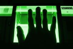Ένα πρόσωπο χρησιμοποιεί έναν ανιχνευτή δακτυλικών αποτυπωμάτων Μπορέστε να χρησιμοποιηθείτε για τις έννοιες βιομετρικής ή cybers Στοκ Φωτογραφία