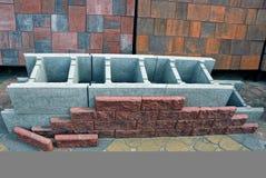 Ένα πρότυπο ενός μέρους του πλαισίου ενός τοίχου των τούβλων και ένα πρότυπο των κεραμιδιών Στοκ Φωτογραφία