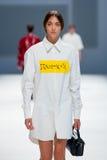 Ένα πρότυπο περπατά το διάδρομο για τη Isometric συλλογή στη 080 εβδομάδα 2015 μόδας της Βαρκελώνης Στοκ εικόνα με δικαίωμα ελεύθερης χρήσης