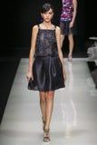 Ένα πρότυπο περπατά το διάδρομο κατά τη διάρκεια της επίδειξης μόδας του Giorgio Armani Στοκ φωτογραφία με δικαίωμα ελεύθερης χρήσης