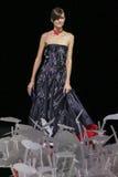 Ένα πρότυπο περπατά το διάδρομο κατά τη διάρκεια της επίδειξης μόδας του Giorgio Armani Στοκ φωτογραφίες με δικαίωμα ελεύθερης χρήσης