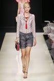 Ένα πρότυπο περπατά το διάδρομο κατά τη διάρκεια της επίδειξης μόδας του Giorgio Armani Στοκ Εικόνες