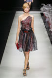 Ένα πρότυπο περπατά το διάδρομο κατά τη διάρκεια της επίδειξης μόδας του Giorgio Armani Στοκ εικόνες με δικαίωμα ελεύθερης χρήσης