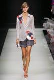 Ένα πρότυπο περπατά το διάδρομο κατά τη διάρκεια της επίδειξης μόδας του Giorgio Armani Στοκ Εικόνα