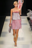Ένα πρότυπο περπατά το διάδρομο κατά τη διάρκεια της επίδειξης μόδας του Giorgio Armani Στοκ Φωτογραφία