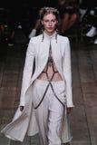 Ένα πρότυπο περπατά το διάδρομο κατά τη διάρκεια του Αλεξάνδρου McQueen παρουσιάζει στοκ εικόνα με δικαίωμα ελεύθερης χρήσης