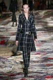 Ένα πρότυπο περπατά το διάδρομο κατά τη διάρκεια του Αλεξάνδρου McQueen που σχεδιάζεται από τη Sarah Burton παρουσιάζει ως τμήμα  Στοκ εικόνες με δικαίωμα ελεύθερης χρήσης