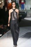 Ένα πρότυπο περπατά το διάδρομο κατά τη διάρκεια του DSquared2 παρουσιάζει ως μέρος της εβδομάδας μόδας του Μιλάνου στοκ εικόνες