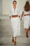 Ένα πρότυπο περπατά το διάδρομο που φορά την άνοιξη του 2016 του Ralph Lauren κατά τη διάρκεια της εβδομάδας μόδας της Νέας Υόρκη Στοκ φωτογραφία με δικαίωμα ελεύθερης χρήσης