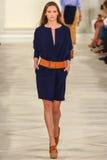 Ένα πρότυπο περπατά το διάδρομο που φορά την άνοιξη του 2016 του Ralph Lauren κατά τη διάρκεια της εβδομάδας μόδας της Νέας Υόρκη Στοκ Φωτογραφίες