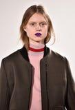 Ένα πρότυπο περπατά το διάδρομο στη επίδειξη μόδας Tim Coppens κατά τη διάρκεια της πτώσης των ατόμων εβδομάδας μόδας της Νέας Υό Στοκ Φωτογραφίες
