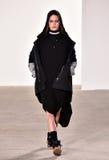 Ένα πρότυπο περπατά το διάδρομο στη επίδειξη μόδας Tim Coppens κατά τη διάρκεια της πτώσης των ατόμων εβδομάδας μόδας της Νέας Υό Στοκ Εικόνες