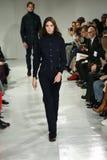 Ένα πρότυπο περπατά το διάδρομο στη χειμερινή 2017 επίδειξη μόδας φθινοπώρου συλλογής του Calvin Klein Στοκ φωτογραφία με δικαίωμα ελεύθερης χρήσης