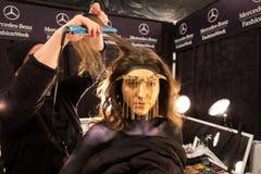 Ένα πρότυπο που παίρνει τα έτοιμα παρασκήνια στη επίδειξη μόδας FTL Moda κατά τη διάρκεια της πτώσης του 2015 MBFW Στοκ εικόνα με δικαίωμα ελεύθερης χρήσης