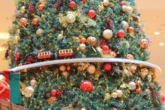 Ένα πρότυπο τραίνο που κάνει τον τρόπο του γύρω από ένα χριστουγεννιάτικο δέντρο Στοκ εικόνα με δικαίωμα ελεύθερης χρήσης