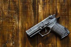 Ένα πυροβόλο όπλο στα πλαίσια ενός ξύλινου στοκ φωτογραφίες