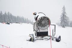 Ένα πυροβόλο χιονιού που χρησιμοποιείται για να καλύψει ένα βουνό Στοκ εικόνα με δικαίωμα ελεύθερης χρήσης