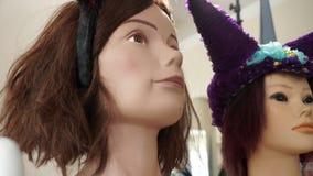 Ένα ράφι με τα κεφάλια μανεκέν περούκες απόθεμα βίντεο