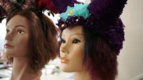Ένα ράφι με τα κεφάλια μανεκέν στις διαφορετικές ζωηρόχρωμες περούκες απόθεμα βίντεο