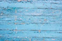 Ένα ραγισμένο μπλε χρώμα σε έναν ξύλινο φράκτη Κάθετοι πίνακες με παλαιό Στοκ εικόνα με δικαίωμα ελεύθερης χρήσης