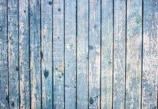 Ένα ραγισμένο μπλε χρώμα σε έναν ξύλινο φράκτη Κάθετοι πίνακες με παλαιό Στοκ εικόνες με δικαίωμα ελεύθερης χρήσης