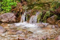 Ένα ρεύμα βουνών Ένας αργός ρέοντας ποταμός μεταξύ των πετρών στοκ φωτογραφία
